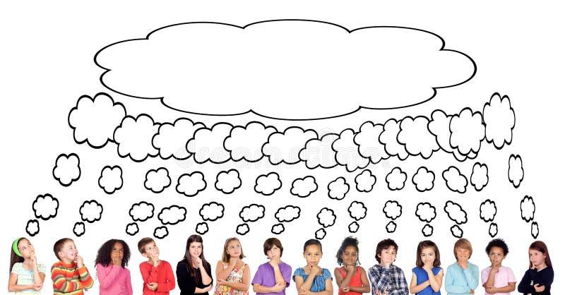 Muitas crianças que pensam com um mesmo pensamento ilustração stock