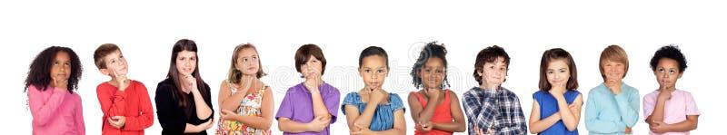 Muitas crianças que pensam ou imaginam fotografia de stock royalty free