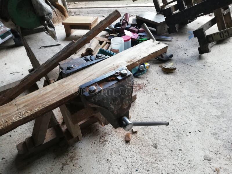 Muitas da madeira antes de cortar no armazém imagens de stock royalty free