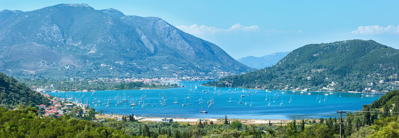 Muitas embarcações de navigação na baía (Nydri, Lefkada, Grécia) fotos de stock royalty free