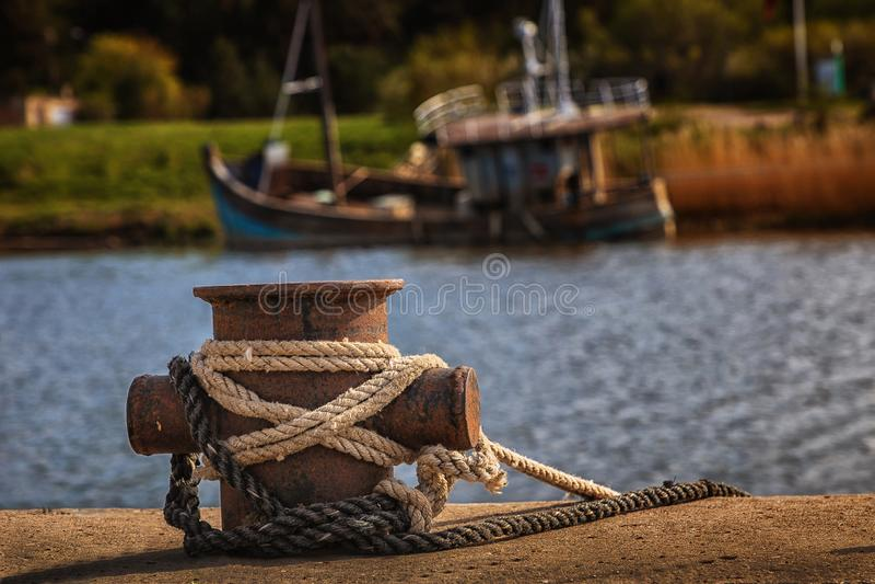 Muitas embarca??es no porto ap?s a pesca para peixes fotos de stock royalty free