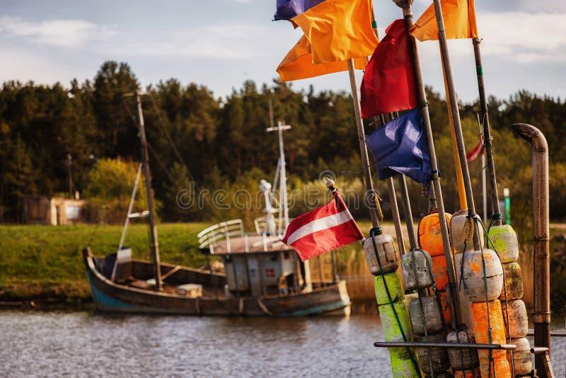 Muitas embarca??es o porto ap?s a pesca para peixes fotografia de stock