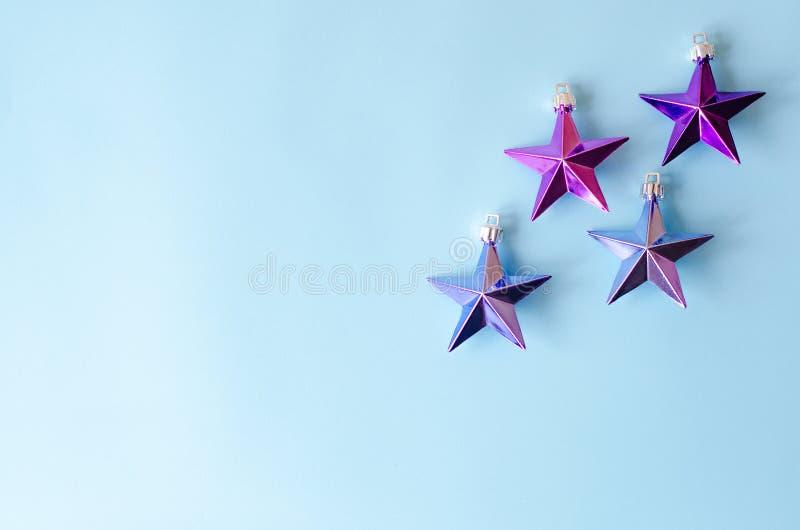 Muitas estrelas do metal em um fundo azul fotos de stock royalty free