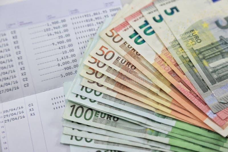 Muitas euro- cédulas e a caderneta bancária da conta bancária mostram muitas transações conceito e ideia do dinheiro da economia, fotografia de stock royalty free