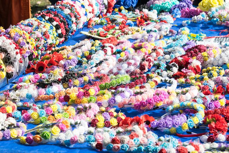Muitas faixas feitos a mão florais multi-coloridas, cabelo da sela, hairp fotografia de stock
