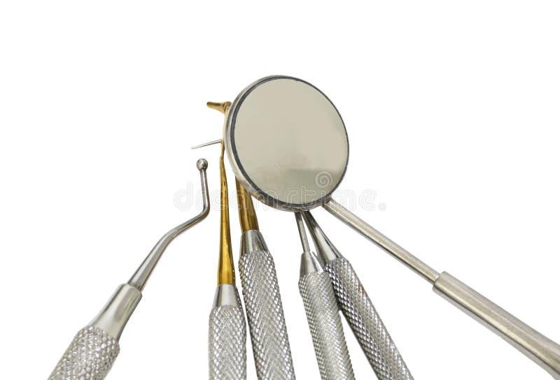Muitas ferramentas dentais para limpar os dentes e verificar a cárie fotos de stock