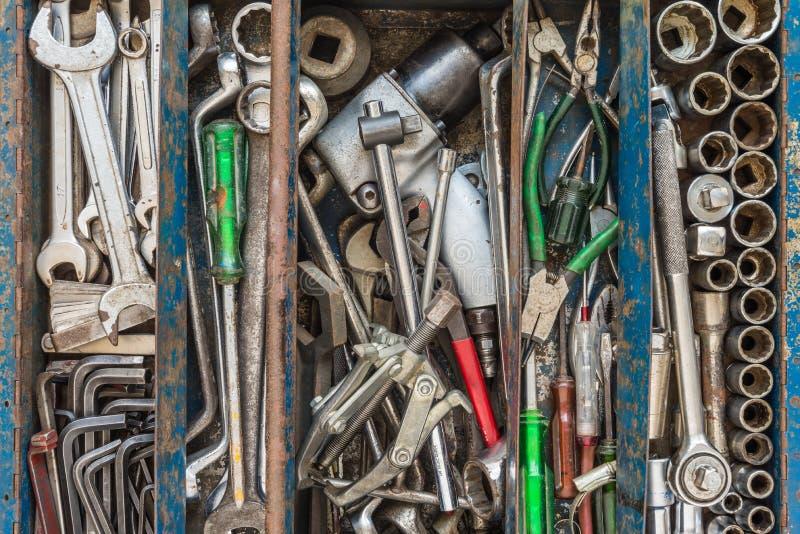 Muitas ferramentas na caixa de ferramentas rústica dos compartimentos Machanic técnico a imagens de stock royalty free