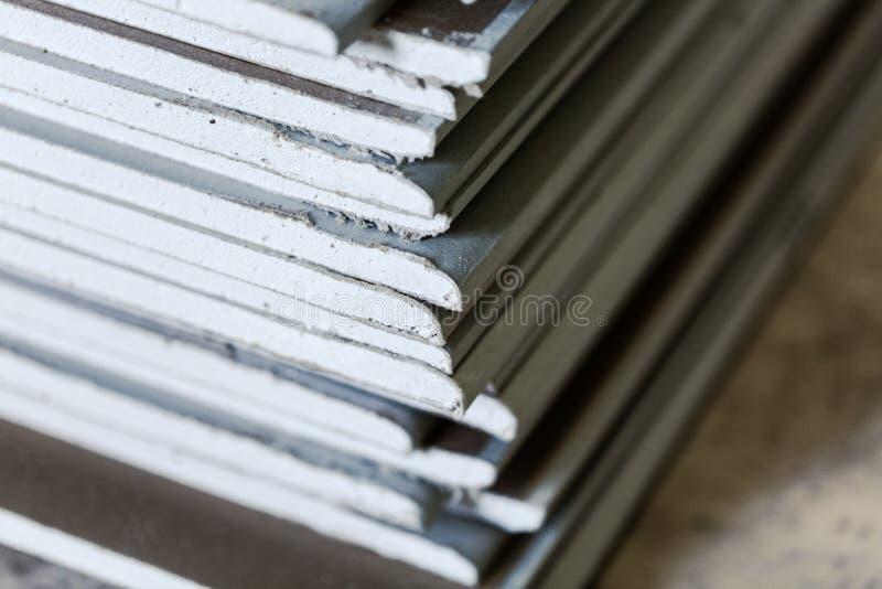 Muitas folhas da placa de gesso ou do drywall em um apartamento durante na construção, a remodelação, a reconstrução e a renovaçã imagem de stock