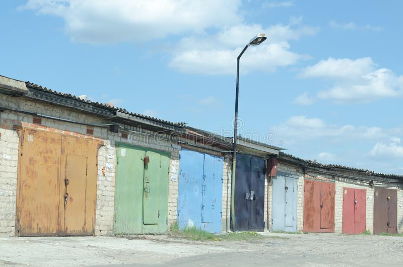 Muitas garagens velhas com portas pintadas fotografia de stock royalty free
