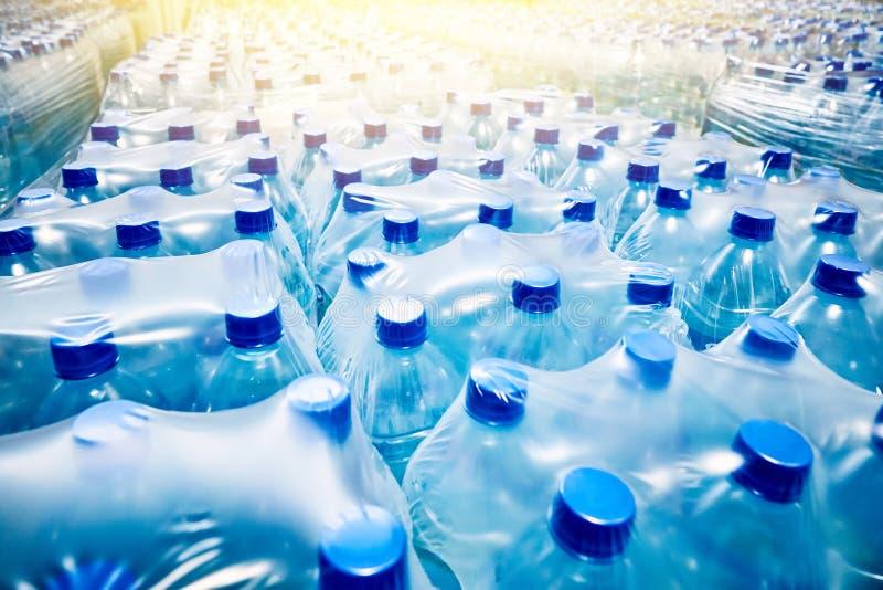 Muitas garrafas de água minerais azuis empacotadas fotos de stock royalty free