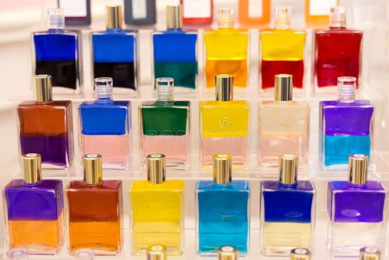 Muitas garrafas de vidro diferentes do perfume da cor fotografia de stock royalty free