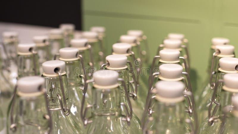 Muitas garrafas de vidro reusáveis com tampão e fundo verde Desperdício zero e nenhum conceito plástico Inquieta??o com imagens de stock
