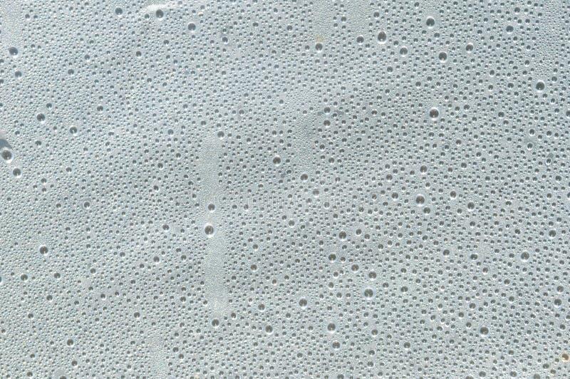 Muitas gotas pequenas da água no filme plástico foto de stock royalty free