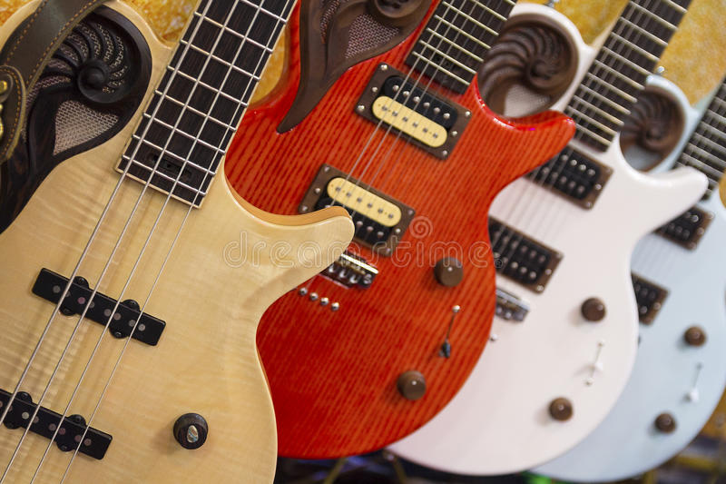 Muitas guitarra elétricas coloridas alinharam em uma sala de exposições da loja fotografia de stock