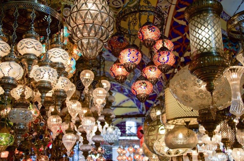 Muitas lâmpadas orientais para a venda no bazar grande, Istambul imagens de stock