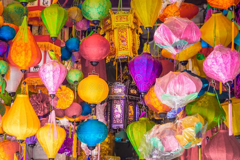 Muitas lâmpadas que penduram na loja, estilo asiático imagens de stock