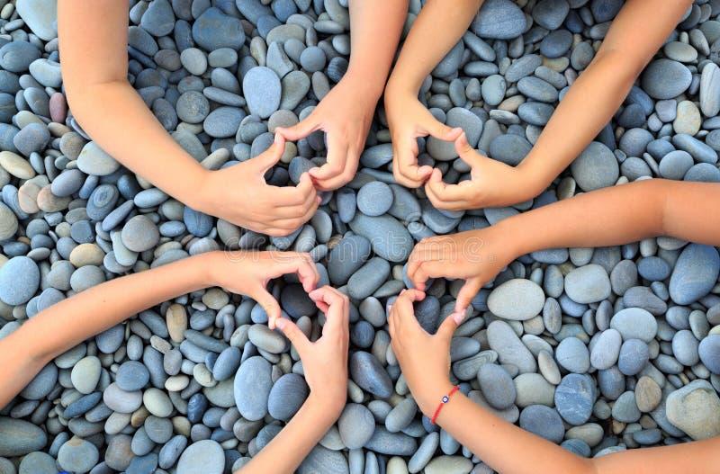 Muitas mãos das crianças sob a forma das estrelas em um fundo o fotografia de stock