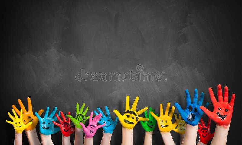Muitas mãos pintadas das crianças com smiley fotos de stock royalty free