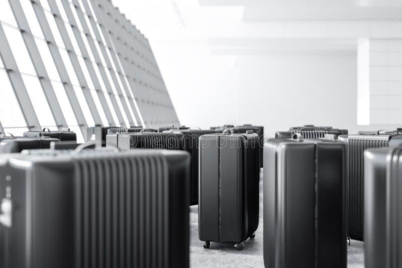 Muitas malas de viagem pretas que estão em um aeroporto imagens de stock
