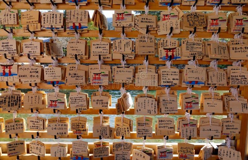 Muitas massagens que penduram no templo para afortunado, amor, alegria em Kyoto, Japão fotografia de stock