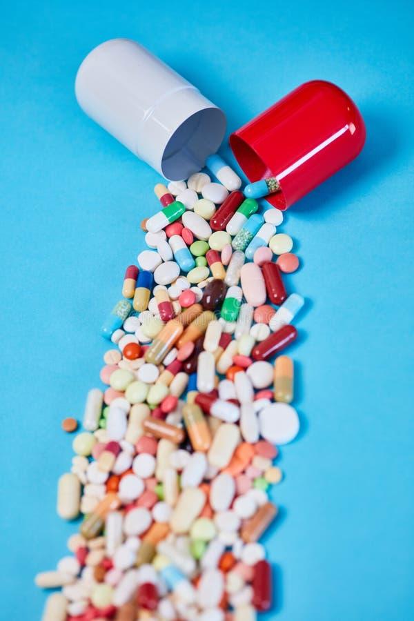 Muitas medicamentações caem fora da cápsula grande imagens de stock