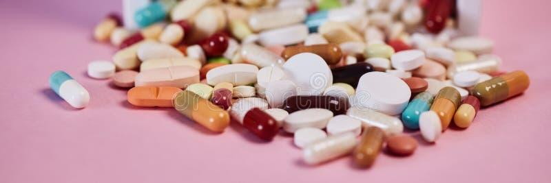 Muitas medicinas como um encabeçamento do conceito da medicina fotos de stock royalty free