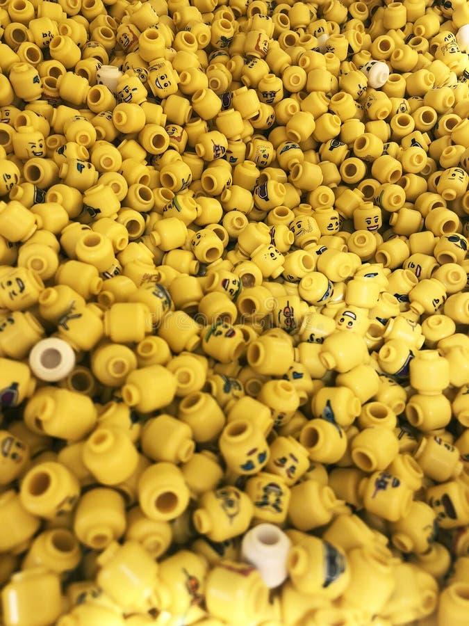 Muitas mini figuras Lego com cópias diferentes e projetos, expressões faciais diferentes foto de stock royalty free