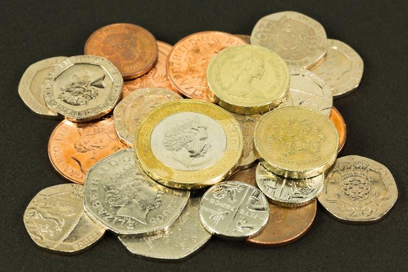 Muitas moedas de libra britânica brilhantes fotografia de stock