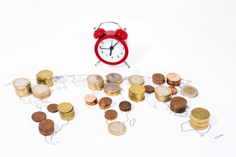 Muitas moedas no mapa do mundo Foto abstrata da economia mundial imagens de stock royalty free