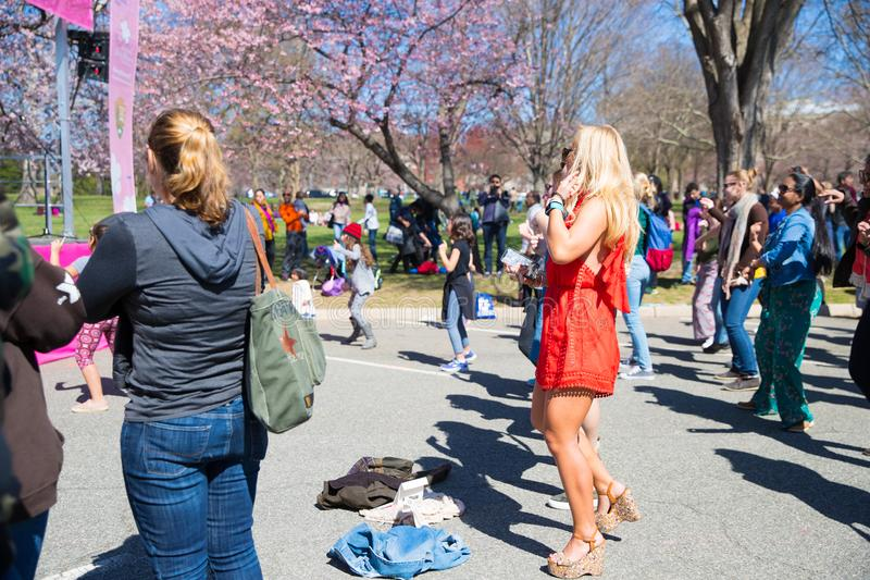 Muitas mulheres estão dançando em festivais imagem de stock