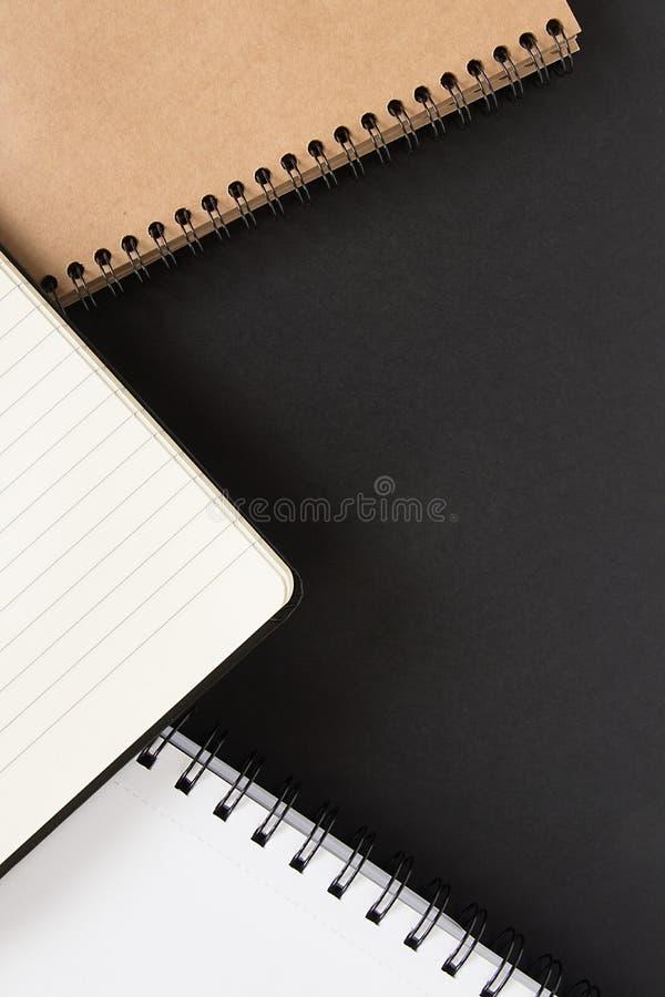 Muitas notas em um fundo preto imagem de stock