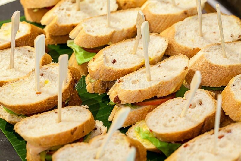 Muitas partes de mini sanwich no prato branco para o bufete almoçam canape do sanwich para o jantar do cocktail imagens de stock