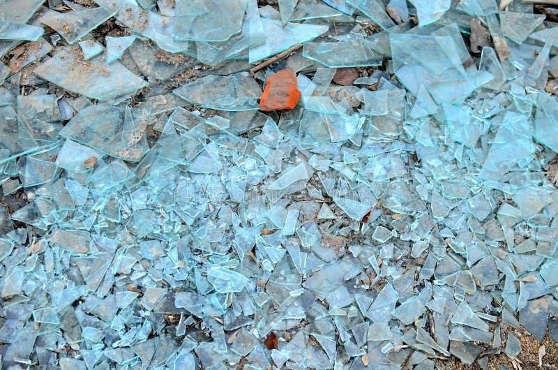 Muitas partes de vidro quebradas na terra, podem ser usadas como um fundo, textura imagens de stock royalty free