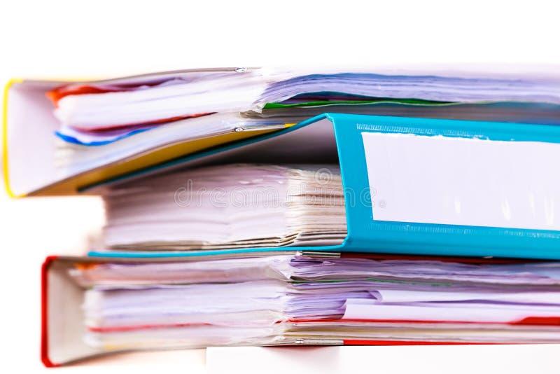 Muitas pastas de arquivos, pastas de anel na tabela do escritório imagens de stock