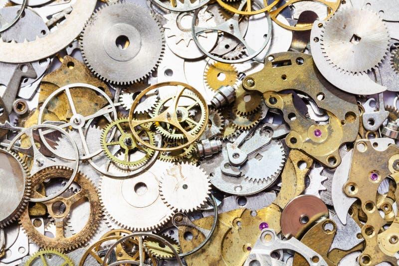 Muitas peças sobresselentes usadas do relógio perto acima fotos de stock