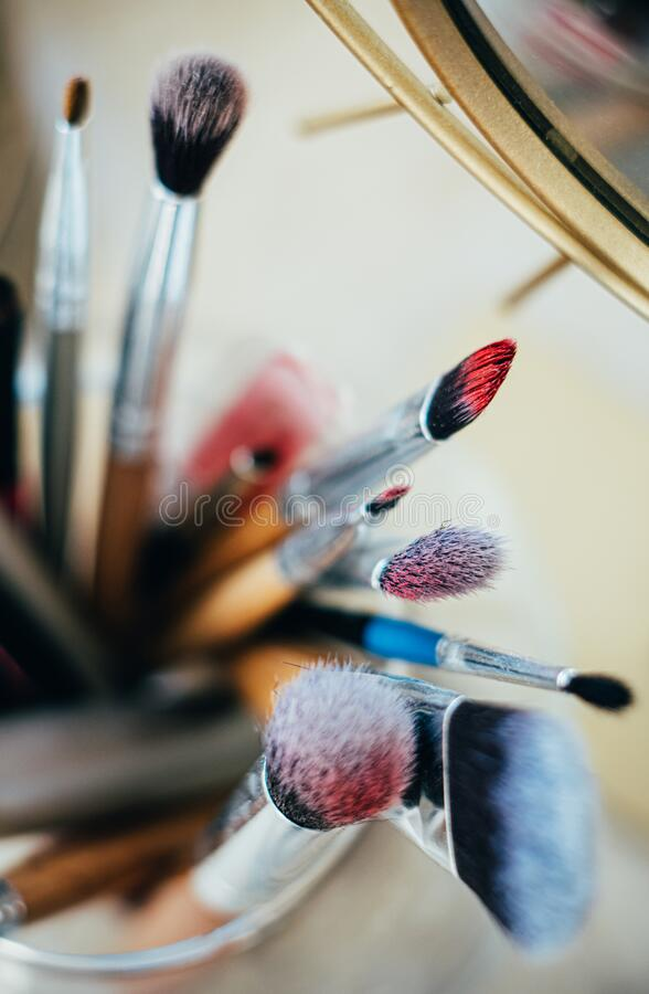 Muitas pincéis de maquiagem diferentes no estúdio do artista imagens de stock royalty free