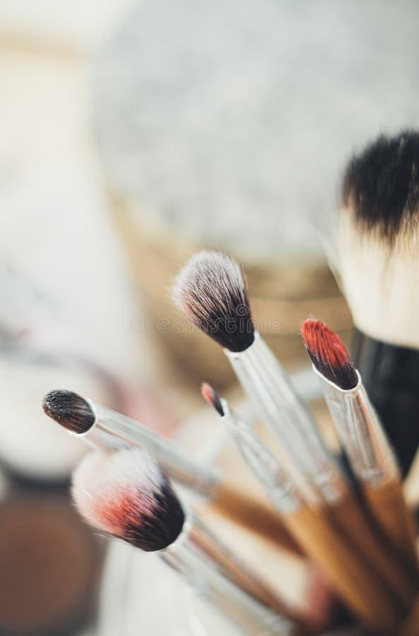 Muitas pincéis de maquiagem diferentes no estúdio do artista fotos de stock royalty free