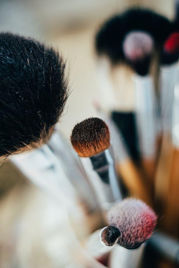 Muitas pincéis de maquiagem diferentes no estúdio do artista foto de stock