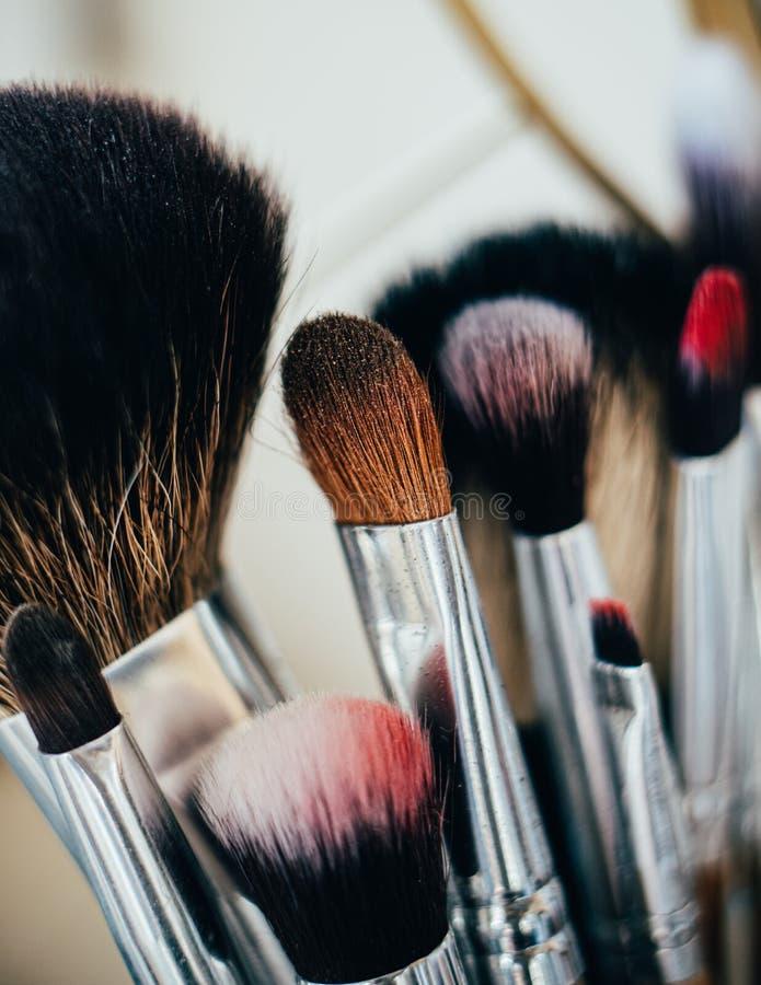 Muitas pincéis de maquiagem diferentes no estúdio do artista foto de stock royalty free