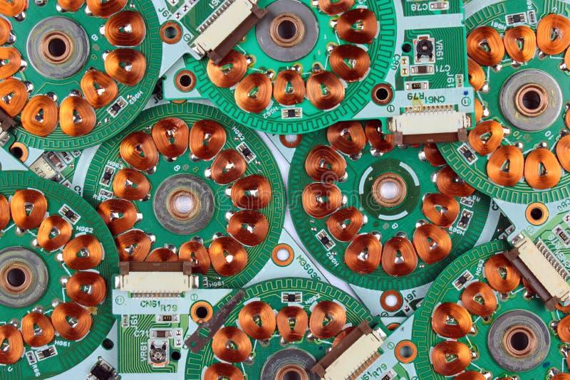 Muitas placas de circuito impresso dos drives de disquetes velhos com enrolamentos e bobinas imagem de stock