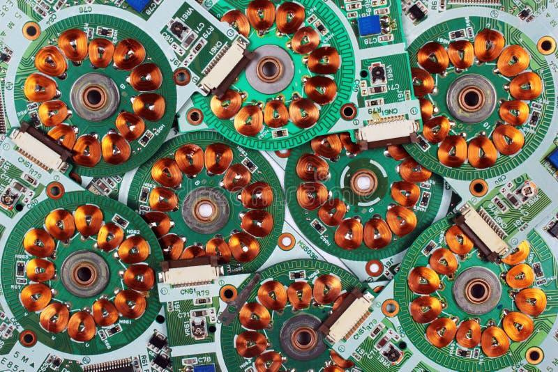 Muitas placas de circuito impresso dos drives de disquetes velhos com enrolamentos e bobinas imagens de stock royalty free