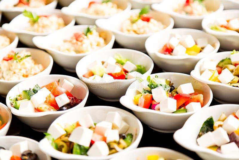 Muitas placas de salada gregas frescas Feche acima com foco seletivo imagens de stock royalty free