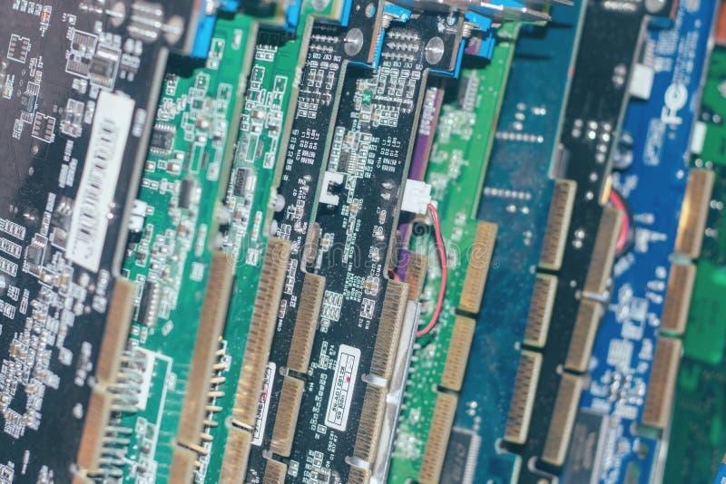 Muitas placas de vídeo Cartão e circuitos de computação gráfica: DVI, conectores do porto da exposição Fundo da tecnologia Foco s fotos de stock royalty free
