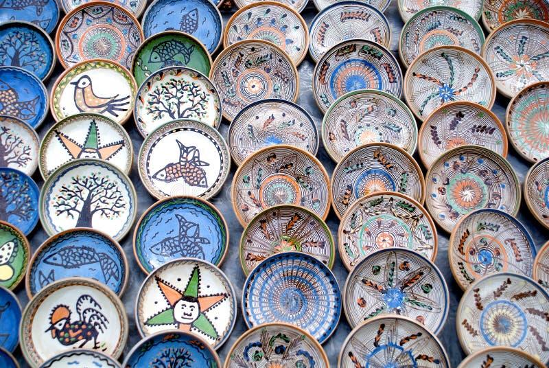Muitas placas romenas tradicionais da cerâmica fotografia de stock royalty free