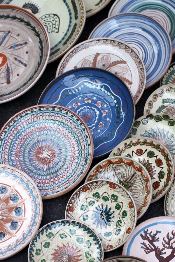 Muitas placas romenas tradicionais da cerâmica fotos de stock royalty free