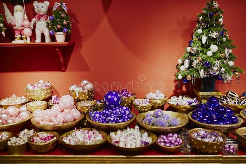 Muitas quinquilharias de vidro para a ?rvore de Natal fotografia de stock royalty free