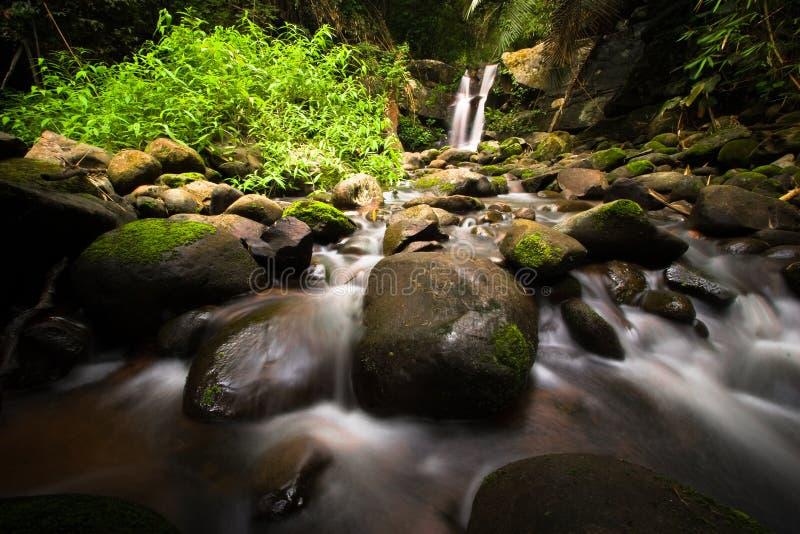 Muitas rochas em cachoeiras de Phu Soi Dao imagem de stock