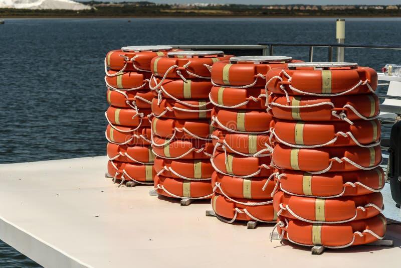 Muitas salvas-vidas de um navio imagem de stock royalty free
