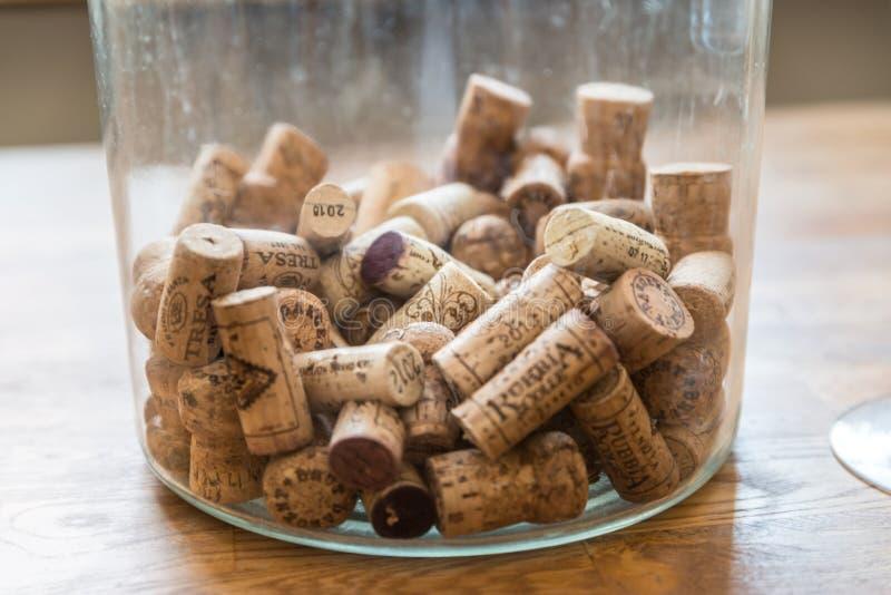 Muitas taças de vinho diferentes num grande refrigerador de champanhe fotos de stock