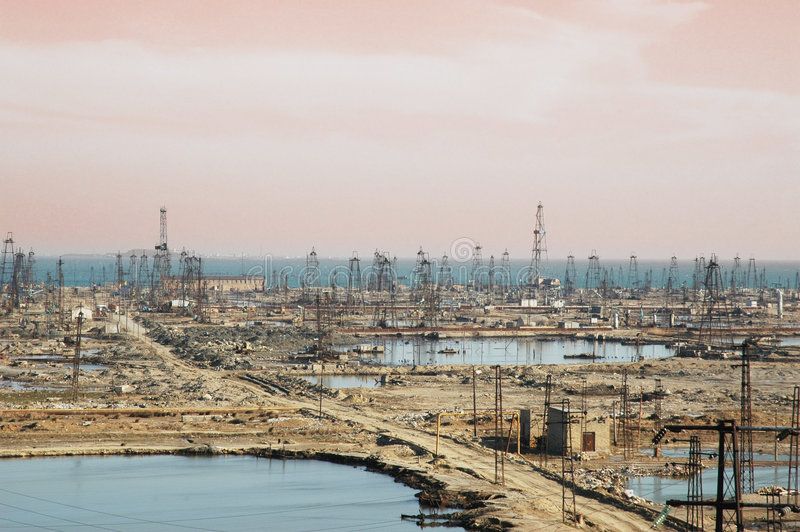 Muitas torres de petróleo fotografia de stock royalty free